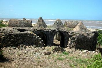 Mwana. Esterno della moschea a cupola del 13°-14° secolo