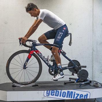 Egan Bernal beim Bikefitting