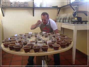 Kaffeesommelier Carlos Novaes bei der Kaffeeverkostung