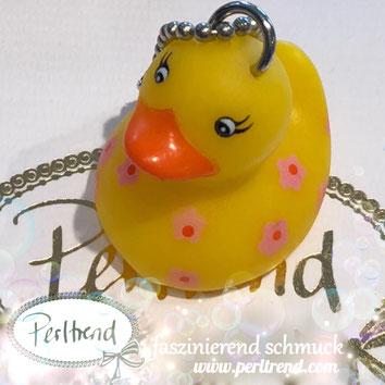 www.perltrend.com Anhänger Schlüssel Schlüsselanhänger Ente Enten Duck Quitscheenten Badeenten gelb blumen muster bunt Schmuck Perltrend Luzern Schweiz Onlineshop