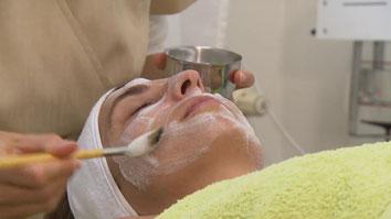 Bei Hautproblemen wie Akne oder grossporiger Haut gibt es tolle Gesichtsbehandlungen bei ihrer Kosmetikerin in Basel