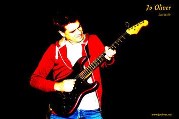 Jo Oliver ist ebenso ein leidenschaftlicher Gitarrist!