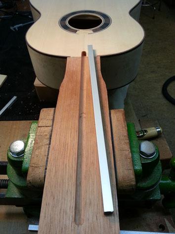 Einlegen des Aluminium-Halsstabes