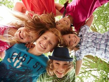 In der Gruppe unterwegs - Drei Menschen schauen im Urlaub auf ihre Handys, gut geschützt mit einer günstigen ERGO Gruppen-Reiserücktritts-Versicherung