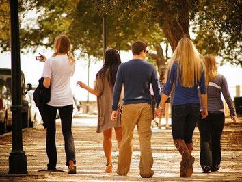 Eine Reisegruppe unternimmt eine Stadtbesichtigung - gut geschützt mit der Gruppenreise-Versicherung der ERGO Reiseversicherung