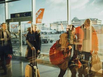 Flugpassagiere auf dem Flughafen auf dem Weg in den Urlaub