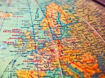 Globus mit der Darstellung Europas als Synonym für weltweites Reisen mit Jahres-Reiserücktritts-Versicherung der ERGO
