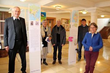 Der Vorsitzende der Bürgerstiftung, Jürgen Scharch, rechts hinten, überreicht bei der Ausstellungseröffnung den Förderpreis.