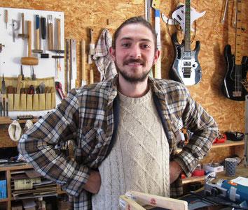 Léo BENOIT est luthier guitare au Mans. Il règle, répare et restaure les guitares et basses ; ainsi que les mandolines ou banjos.
