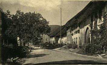 """Die Häuserzeile bei der """"Sonne"""" um 1915. Das """"Restaurant Schmid"""", das oberste Haus der Zeile, noch ohne den Balkon-Vorbau."""