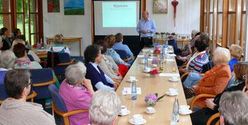 Psychologe Rainer Bischoff, Beverstedt, referierte vor den Landfrauen auf  dem Gesundheitstag in Kramelheide über Hypnose.