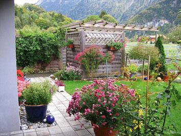 Gartensitzplatz hinter dem Haus