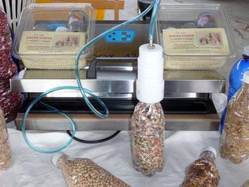 Campana del Kit Accessori del SOTTOVUOTOMANUALE collegata alla macchina per sottovuoto per conservare in bottiglie di plastica alimenti secchi come cereali, legumi ecc.