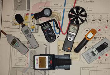 Instruments de contrôle électriques posés sur un plan de shéma électrique