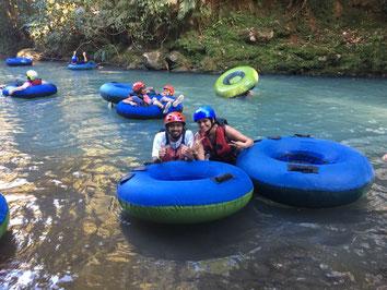 Viaje entre Arenal y Monteverde y haga tubbing en Rio Celeste