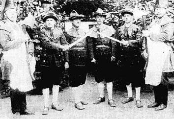 Bild um 1925 mit den beiden Scheffern (jeweils außen) und nicht näher bekannten Schützenbrüdern
