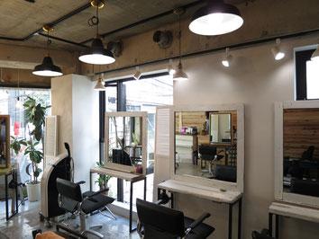 2階の店内はガラス越しに照明が見え、気軽によってみたくなる美容室