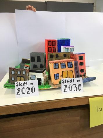 """Dieses Ausstellungsexponat wurde von Jael Felber kreiert. Es heisst «Städte und Siedlungen inklusiv, sicher, widerstandsfähig und nachhaltig machen» und es zeigt das Ziel 11 """"Nachhaltige Städte und Gemeinden""""."""