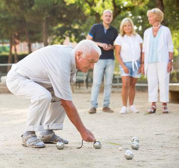 Ein älterer Herr misst den Abstand der Kugeln