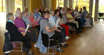 Seniorinnen und Senioren in der Chorprobe