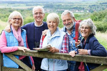 Drei Frauen und zwei Männer beim gemeinsamen Ausflug