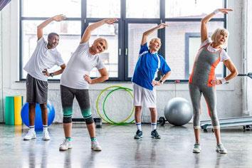 Eine Gymnastikgruppe im Turnsaal