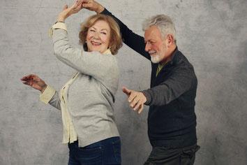 Ein älteres Paar beim Gesellschaftstanz