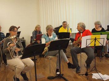 Sieben Personen üben mit ihren Instrumenten