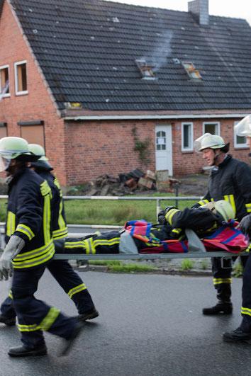 Der verunfallte Atemschutzgeräteträger wurde aus der Gefahrenzone gebracht.