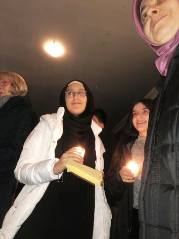 Glückliche Gesichter im Schein heller Kerzenlichter. Eingeladen zur Adventsfeier in Esslingen-Sulzgries hatte die Initiative Gemeinsam für Flüchtlinge in RSKN sowie die evangelische und katholische Kirchengemeinde. (Foto: Rainer Hillgärtner)