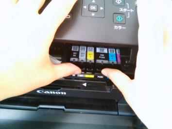 プリンターのインクカートリッジ交換作業の写真