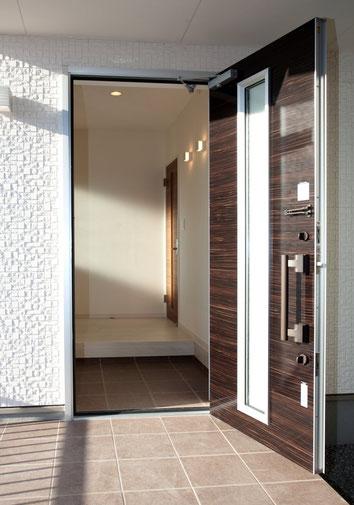 靴を脱ぐ文化の日本、狭い玄関という住宅事情から外開きに