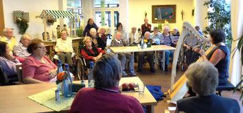 Märchen und Harfe Michaela Brinkmeier, Sterntaler-Harfe, Auftritt für Senioren im Pflegewohnstift Gütersloh. Es gab Märchen der Brüder Grimm und Märchen aus aller Welt, frei erzählt.