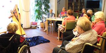 Märchenerzählerin und Harfenspielerin Michaela Brinkmeier, Sterntaler-Harfe, erzählt Märchen und spielt Harfe für Senioren in Gütersloh