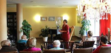 Märchenerzählerin und Harfenspielerin Michaela Brinkmeier, Sterntaler-Harfe, beim Auftritt im Seniorenheim Paderborn, Elsen mit Märchen erzählen und Harfenmusik