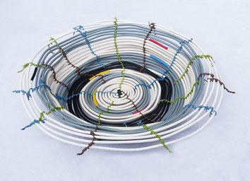 Rose Schrade, Schale aus Elektrokabeln, 60 cm, 2020