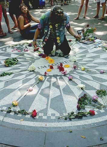 Mathieu Guillochon photographe, USA, New York City, Manhattan, central park, voyage, musiciens, chanteur, trio à cordes, galerie, femme fatiguée, blancs et noirs, street photo. touristes, mémorial John Lennon, mosaïque, hommage, fleurs, street photo,badge