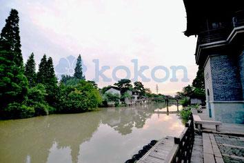 Schöne Chinesische Dorf mit Fluss