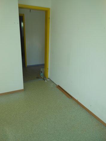 Kunststoffbodenbeläge bestehen z.T. aus drei Schichten, wovon eine aus Asbestpapier