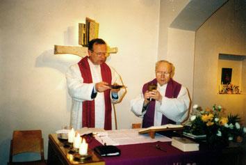 Pfarrer Hans Bensdorp (li) und Kaplan Franz Hübel (re) in der Krypta ca. 1999