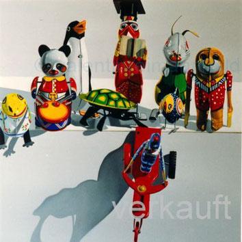 Ölbild mit Blechspielzeug