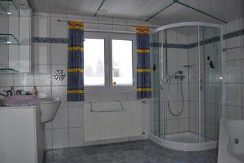 Badezimmer mit Duche und Massagebad