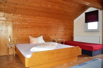 Schlafzimmer: Doppelbett mit Zustellbett und Balkon