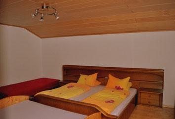 Schlafzimmer 2: Doppelbett mit Zustellbett, Kinderbett und Gitterbett