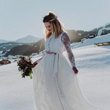 Dirndl, Brautdirndl, Hochzeitsdirndl lang mit weißer Spitzenschürze Fiss Brautpaar