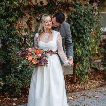Dirndl, Brautdirndl, Hochzeitsdirndl lang in weiss und altrosa mit gestiftelter Schürze Obergurgl Brautpaar