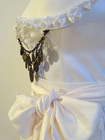 Dirndl, Brautdirndl, Hochzeitsdirndl lang in der Farbe Weiß aus Satin gestiftelter Rock aus Soft Satin Spitzenschürze