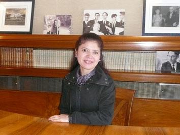 Nidia assise au bureau de la Reine!