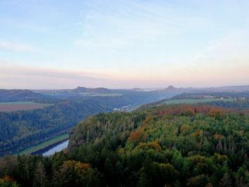 Blick zur Festung Königstein, Lilienstein und ein paar kleine Nebelwölkchen