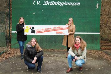 hinten v.l. Svenja Hartwig, Kathrin Hartwig, vorn: Jessica Bieschke (Mitglieder), Janet Bündig (Geschäftsführerin TV Brüninghausen)